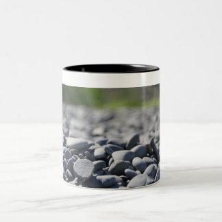 アラスカの石のビーチのマグ ツートーンマグカップ