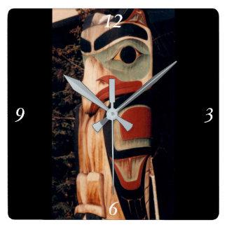 アラスカ木によって切り分けられる南東のトーテムポールの空想 スクエア壁時計