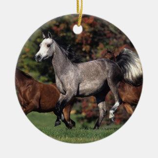 アラビアに馬の走ることのグループ セラミックオーナメント