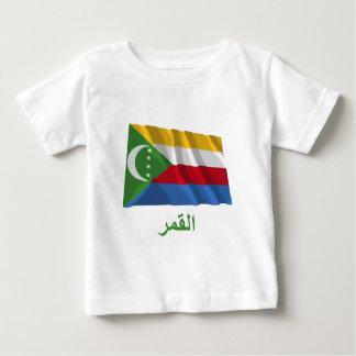 アラビア語の名前の旗を振るコモロ ベビーTシャツ