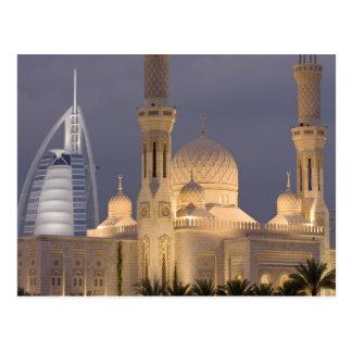 アラブ首長国連邦、ドバイ。 BurjのAlのアラビア人を持つ夕べのモスク ポストカード