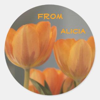 アリシアから、名前入りなオレンジクリーム色のチューリップ ラウンドシール