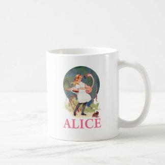 アリスおよびピンクのフラミンゴの演劇のCROQUET コーヒーマグカップ