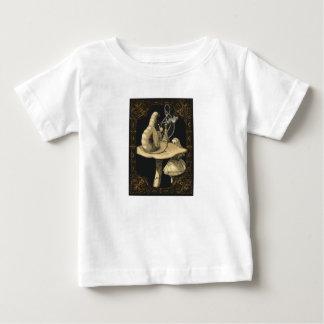 アリスおよび幼虫のアリスの不思議の国のワイシャツ ベビーTシャツ