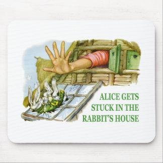 アリスはウサギの家にはまり込みます マウスパッド