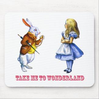 """アリスは不思議の国にウサギをに、""""連れて行きます私を頼みます。"""" マウスパッド"""