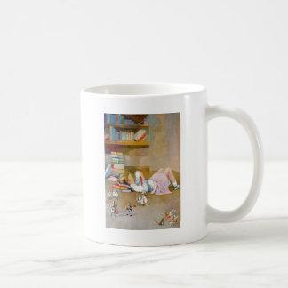 アリスは不思議の国に旅行を取ります コーヒーマグカップ