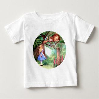 アリスは不思議の国のチェシャー猫に会います ベビーTシャツ