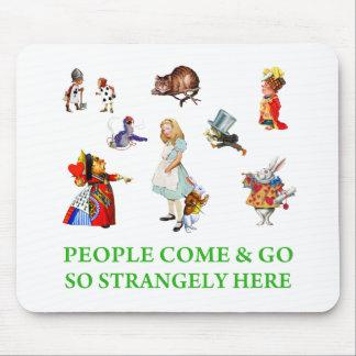 アリスは、人々そう奇妙にここに来ては去って行きます言います! マウスパッド
