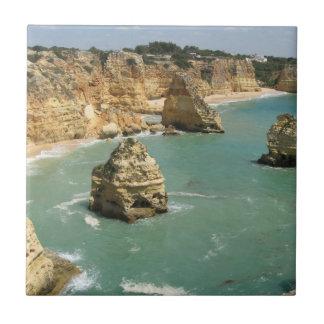 アルガルヴェ地方、ポルトガル、Benagilのビーチおよび石 タイル