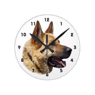 アルザスのジャーマン・シェパードのポートレート ラウンド壁時計