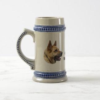 アルザスのジャーマン・シェパード犬のポートレート ビールジョッキ