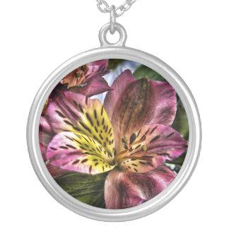 アルストロメリア属のペルーユリの花のネックレス シルバープレートネックレス