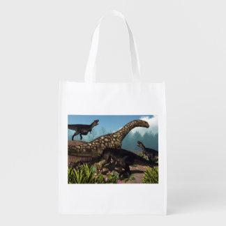 アルゼンチノサウルスの恐竜を攻撃するTyrannotitan エコバッグ