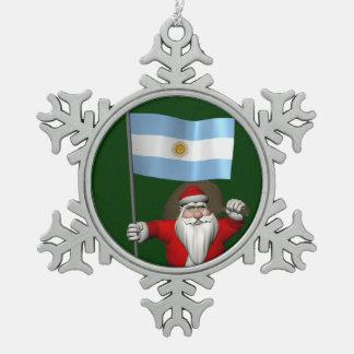 アルゼンチンの旗を持つサンタクロース スノーフレークピューターオーナメント