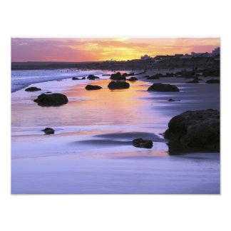 アルゼンチン、Las Grutas。 日没のビーチ フォトプリント