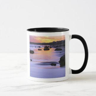 アルゼンチン、Las Grutas。 日没のビーチ マグカップ