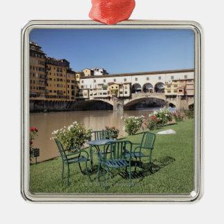 アルノに沿うPonte Vecchioおよびテーブルは裂きます メタルオーナメント