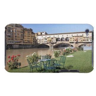 アルノに沿うPonte Vecchioおよびテーブルは裂きます Case-Mate iPod Touch ケース