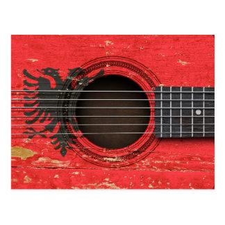 アルバニアの旗が付いている古いアコースティックギター ポストカード
