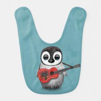 アルバニアの旗のギターの青を遊んでいるベビーのペンギン ベビービブ