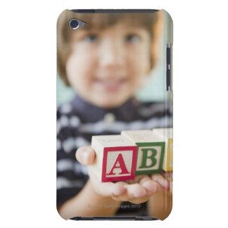 アルファベットのブロックを握っているヒスパニックの男の子 Case-Mate iPod TOUCH ケース