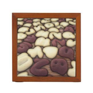 アルファベットバニラおよびチョコレートクッキーのビスケット ペンスタンド