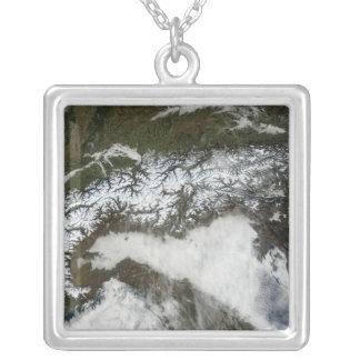 アルプスの山地の衛星イメージ シルバープレートネックレス
