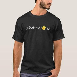 アロハ人の基本的なTシャツ-暗闇との140.6 Tシャツ