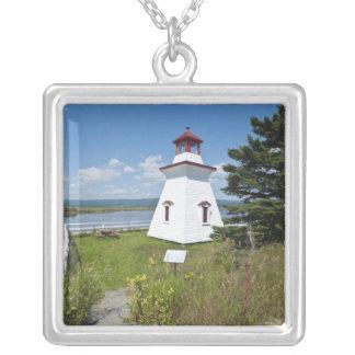 アンダーソンは川岸アルバートの灯台を神聖化します、 シルバープレートネックレス