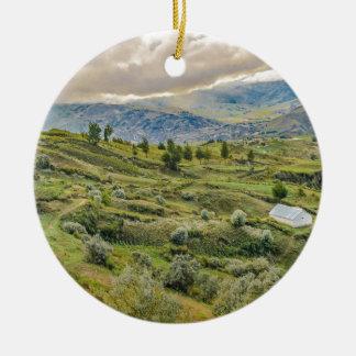 アンデス山脈の田園場面Quilotoa、エクアドル セラミックオーナメント