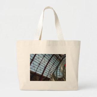 アントワープの駅の屋根 ラージトートバッグ
