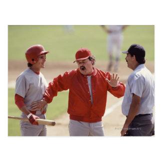 アンパイヤおよび把握と論争している野球のマネージャー ポストカード