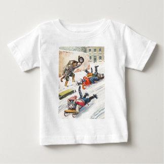 アーサーThiele -ボブスレーに乗る人間の形をした猫 ベビーTシャツ