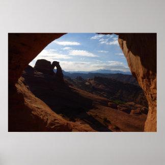アーチの石の窓を通した敏感なアーチ ポスター