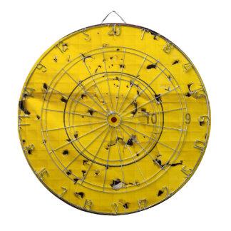アーチェリーターゲット終わり多くの矢の穴と ダーツボード