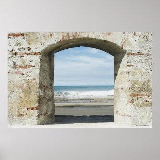 アーチ道から見られる海 ポスター