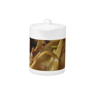 アーティチョークが付いているイタリア人のPaccheriの伝統的なパスタ