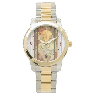 アールヌーボーのミュシャポスターを均等にしている女性 腕時計
