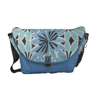 アールヌーボーの青い花のデザイン メッセンジャーバッグ