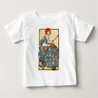 アールヌーボー-彼女の猫が付いている女の子の編み物 ベビーTシャツ