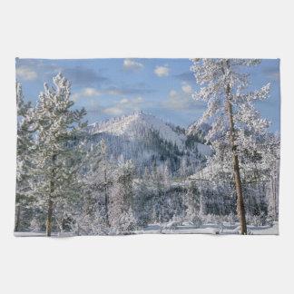 イエローストーン国立公園、ワイオミングの冬 キッチンタオル