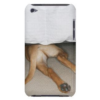 イエロー・ラブラドール・レトリーバーの足そして尾はベッドの下に隠されて後をつけます Case-Mate iPod TOUCH ケース