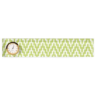 イカットのシェブロンの緑の白いジグザグ形のストライプなパターン デスクネームプレート