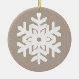 イカットの雪片-暗灰色の日焼けおよび白 セラミックオーナメント