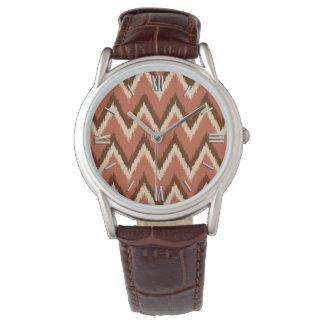 イカットシェブロンは-錆、ブラウンおよびベージュ色を縞で飾ります 腕時計