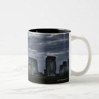 イギリス、Stonehenge、夜明けに景色の眺め ツートーンマグカップ
