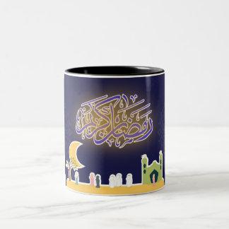 イスラム教のラマダーンのkareemのデザインの人々のモスク ツートーンマグカップ