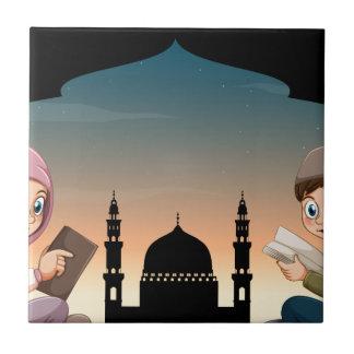 イスラム教の男の子および女の子の読本 タイル