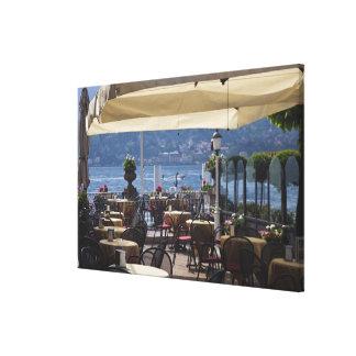 イタリアのComoの地域、ベッラージョ。 湖畔の喫茶店 キャンバスプリント